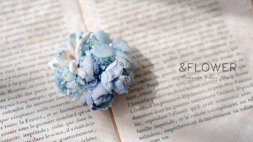 水色のバラと小花のコサージュ/&FLOWER