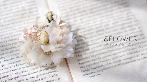 アイボリーのコサージュ/&FLOWER