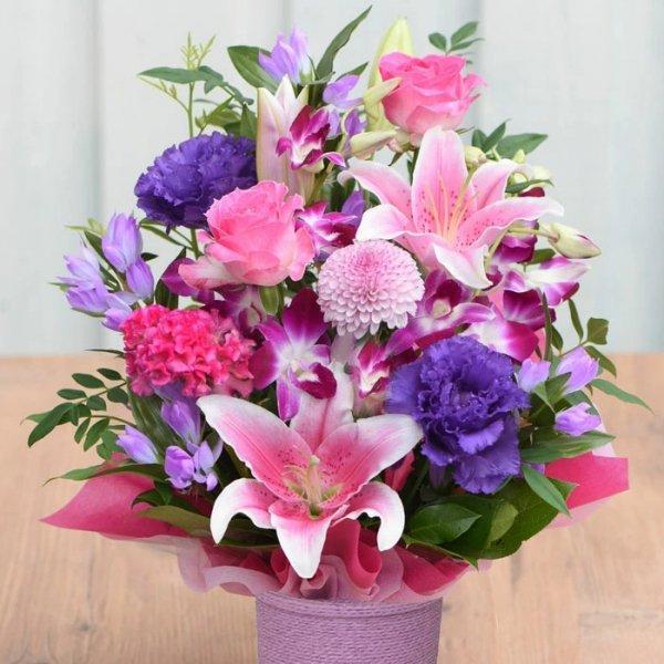 百合とバラの気品溢れるフラワーアレンジメント -藤色エレガンス-