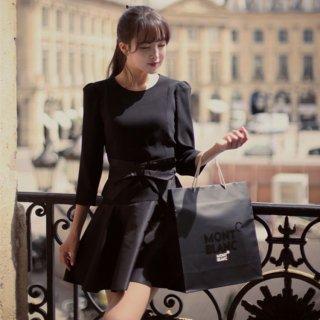 新作ブラック、蝶結び付きのラウンドネック7分袖ミニワンピース。フレア大裾周りAライン