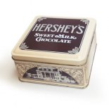 <img class='new_mark_img1' src='//img.shop-pro.jp/img/new/icons13.gif' style='border:none;display:inline;margin:0px;padding:0px;width:auto;' />HERSHEY'S ハーシーズ ミルクチョコレート ブリキ缶