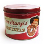 <img class='new_mark_img1' src='//img.shop-pro.jp/img/new/icons13.gif' style='border:none;display:inline;margin:0px;padding:0px;width:auto;' />Tom Sturgis Pretzels ティン缶(ワイド)