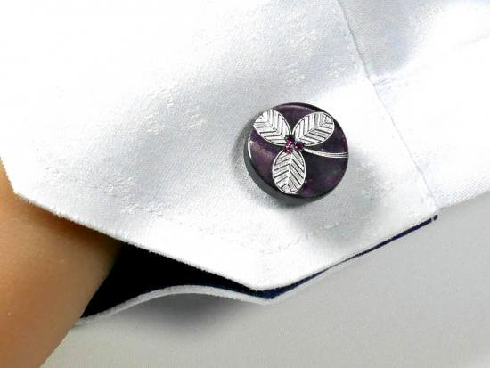 袖先にパープルの花が咲くカフスボタン ...