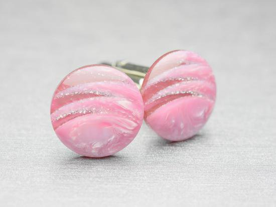 とてもきれいなピンク色が袖先を明るくしてくれるカフスボタン Modern 017