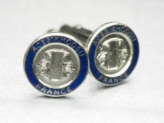 ブルーが袖先をきゅっと締めてくれるメタルカフスボタン Metal 003
