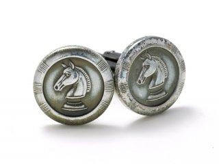 チェスのような馬の顔がデザインされたカフスボタン Metal 031