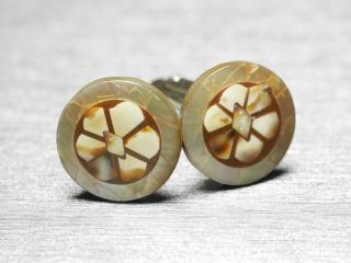 細かな天然貝を用いた渋いカフスボタン Premium 022