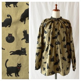 黒猫のスタンドカラーブラウス(長袖:ベージュ)