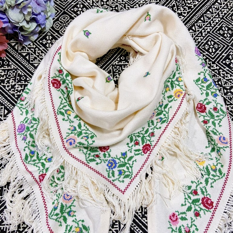 <img class='new_mark_img1' src='//img.shop-pro.jp/img/new/icons14.gif' style='border:none;display:inline;margin:0px;padding:0px;width:auto;' />アマル・ローズ刺繍ストール(白)