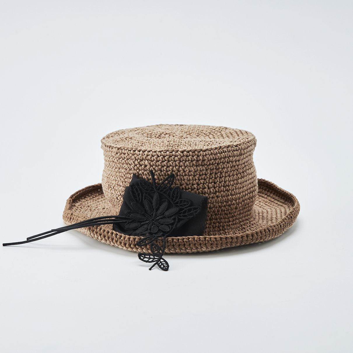 コサージュがポイントの帽子