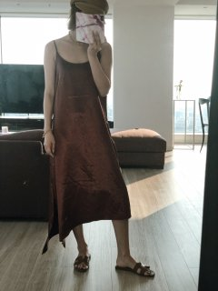 Glossy Slit Camisole One-piece<br> [Brown]