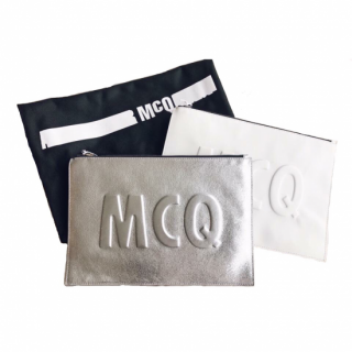<img class='new_mark_img1' src='//img.shop-pro.jp/img/new/icons8.gif' style='border:none;display:inline;margin:0px;padding:0px;width:auto;' />MCQ Alexander McQUEEN<br>Metallic Clutchbag [white/silver]