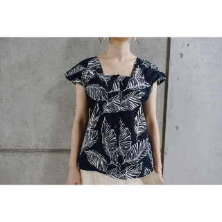 <img class='new_mark_img1' src='//img.shop-pro.jp/img/new/icons8.gif' style='border:none;display:inline;margin:0px;padding:0px;width:auto;' />Leaf Print Design Blouse<br>[Navy]