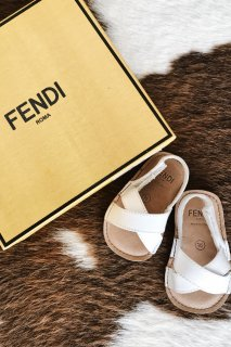 <img class='new_mark_img1' src='https://img.shop-pro.jp/img/new/icons8.gif' style='border:none;display:inline;margin:0px;padding:0px;width:auto;' />FENDI<br>Baby Cross Sandal