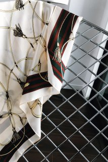 <img class='new_mark_img1' src='https://img.shop-pro.jp/img/new/icons8.gif' style='border:none;display:inline;margin:0px;padding:0px;width:auto;' />chain print scarf<br>[WHITE]