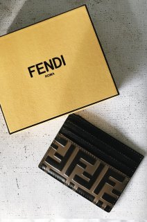 <img class='new_mark_img1' src='https://img.shop-pro.jp/img/new/icons8.gif' style='border:none;display:inline;margin:0px;padding:0px;width:auto;' />FENDI<br>Calfleather Card Case