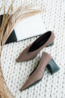 <img class='new_mark_img1' src='https://img.shop-pro.jp/img/new/icons38.gif' style='border:none;display:inline;margin:0px;padding:0px;width:auto;' />Pointed Chunky-heel Pumps<br>【Sサイズ】【B品】<br>【残り1点】