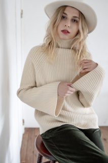 <img class='new_mark_img1' src='https://img.shop-pro.jp/img/new/icons8.gif' style='border:none;display:inline;margin:0px;padding:0px;width:auto;' />Turtle-neck Raglan Sleeve knit<br>[WHITE/KHAKI]