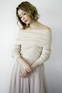 <img class='new_mark_img1' src='https://img.shop-pro.jp/img/new/icons8.gif' style='border:none;display:inline;margin:0px;padding:0px;width:auto;' />Off-shoulder Rib Knit<br>[BEIGE]