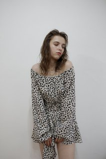 <img class='new_mark_img1' src='https://img.shop-pro.jp/img/new/icons8.gif' style='border:none;display:inline;margin:0px;padding:0px;width:auto;' />Off shoulder Leopard Rompers<br>[LEOPARD]