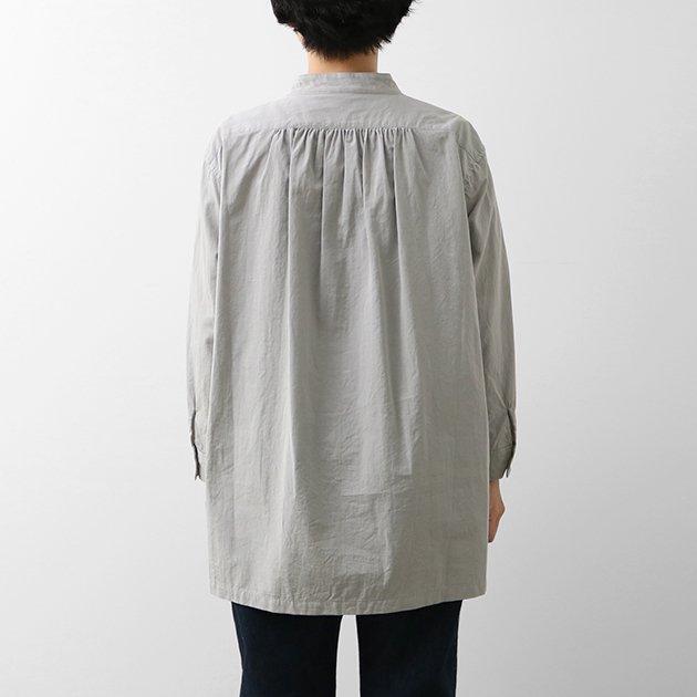 「CLASKA(クラスカ)」発のアパレルブランド「HAU(ハウ)」のスタンドカラーシャツ