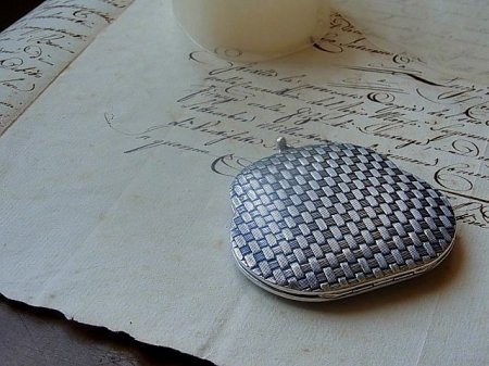 GUCCIのガマ口型の白粉ケースの画像