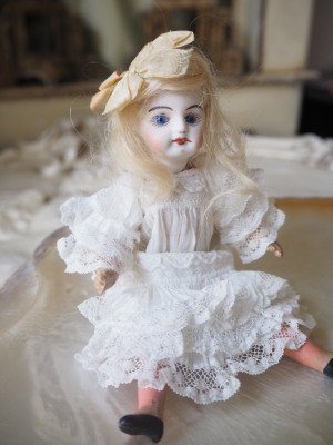 ドイツアンティーク 1900年頃 シモン&ハルビック 透けるような陶肌の色白&ブルーアイ ロマンティックなミニョネットの画像