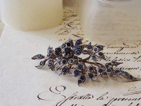 サファイアの青い花のブローチの画像