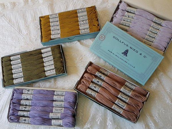 ボックス付DMCアンティーク刺繍糸セットの画像