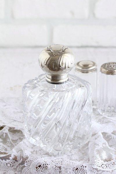 アンティークバニティガラスボトルモノグラムの画像