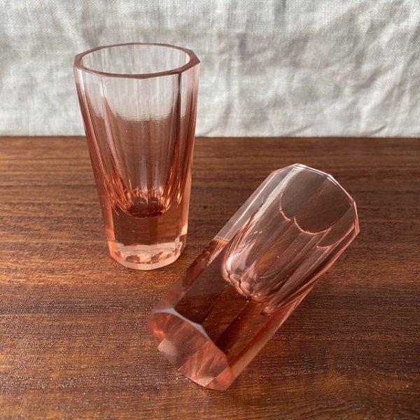レトロモダンなサーモンピンクのショットグラスの画像