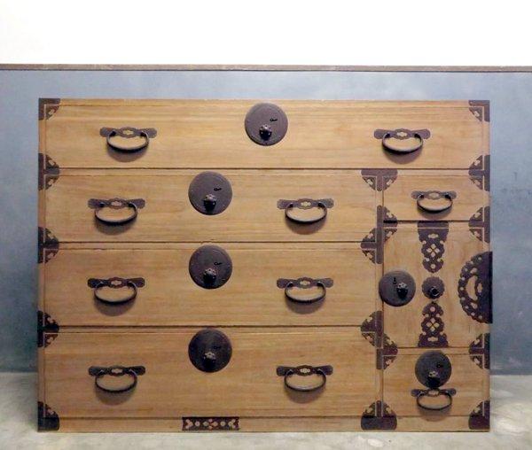最上桐箪笥 小紋弁柄金具 鍵付の画像