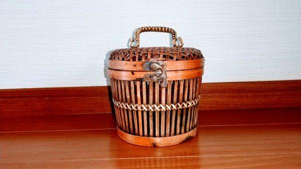 竹製の籠の画像