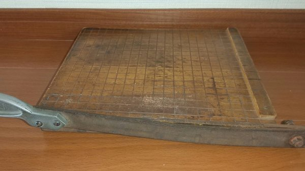 木製のペーパーカッターの画像