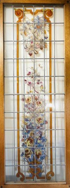 薔薇と植物のステンドグラスの画像
