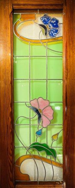 花模様のステンドグラスの画像