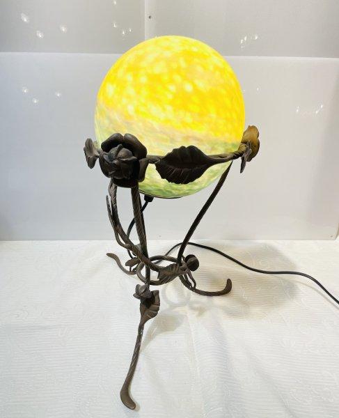 アンティーク ボール型の照明スタンドの画像