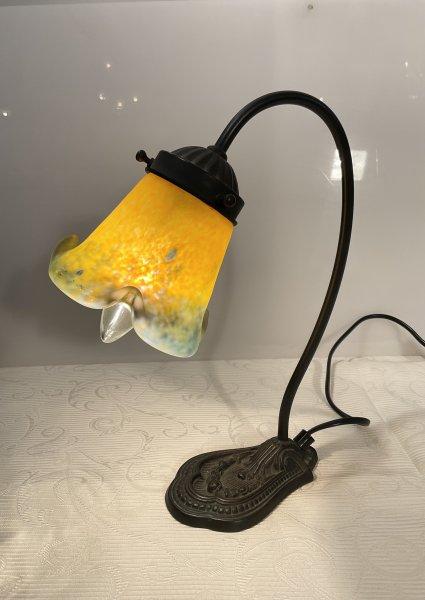 アンティーク チューリップ風の照明スタンドの画像