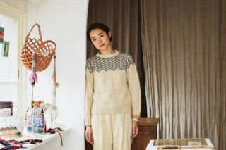 冬の編み込みセーター