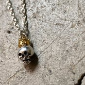 <img class='new_mark_img1' src='https://img.shop-pro.jp/img/new/icons13.gif' style='border:none;display:inline;margin:0px;padding:0px;width:auto;' />momocreatura  Queen Skull Necklace(女王のスカル ネックレス 燻しシルバー×ゴールド)