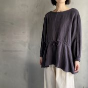 <img class='new_mark_img1' src='https://img.shop-pro.jp/img/new/icons13.gif' style='border:none;display:inline;margin:0px;padding:0px;width:auto;' />ikkuna/suzuki takayuki pullover blouse(イクナ/スズキタカユキ プルオーバー ブラウス)Charcoal Gray