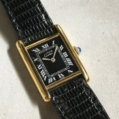 <img class='new_mark_img1' src='https://img.shop-pro.jp/img/new/icons13.gif' style='border:none;display:inline;margin:0px;padding:0px;width:auto;' />CARTIER MUST TANK (カルティエ マスト タンク) Black Roman 純正尾錠付 SM