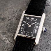 <img class='new_mark_img1' src='https://img.shop-pro.jp/img/new/icons13.gif' style='border:none;display:inline;margin:0px;padding:0px;width:auto;' />Cartier MUST TANK (カルティエ マスト タンク)希少 銀無垢 ブラックローマン文字盤 SM 純正尾錠