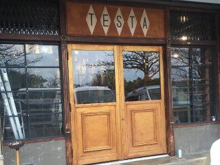 お店の扉を存在感と高級感のあるゴールドに塗装