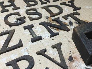 タカラ塗料オリジナル ブラックスケールメタリックを使ってアイアン風のアルファベット雑貨を作った事例