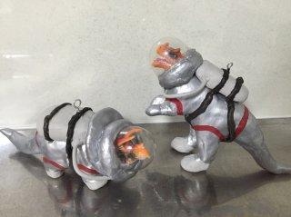 発色のいいシルバー色と既製品のフィギュアを使って作る 恐竜の宇宙飛行士