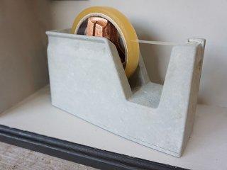 普通のセロハンテープをまさかのコンクリート色に塗り替えておしゃれでスタイリッシュなステーショナリーに変身