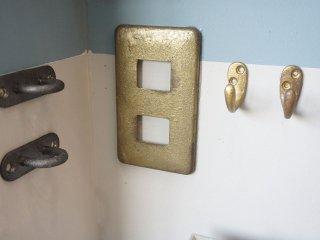 スイッチパネルや金物パーツを真鍮色に塗って細部までこだわったインテリアコーディネートを