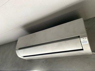 エアコンをコンクリート風に塗装した事例