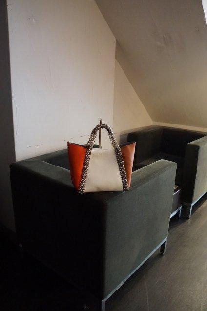de Couture(デクチュール)2WAYチェーントートバッグSサイズ White/Coral(Orange)/Calf